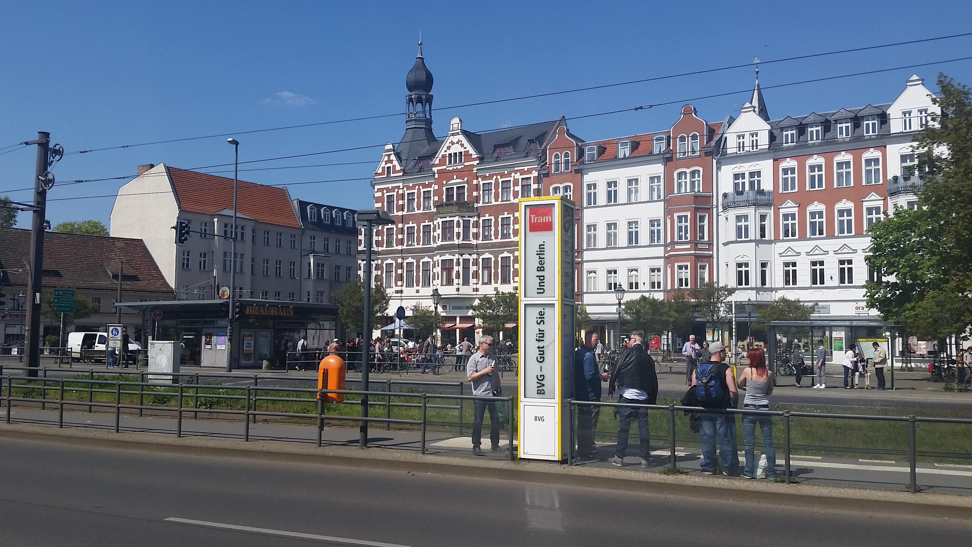 Til venstreSchlossplatzbrauerei Köpenick, som gjør krav på å være Tysklands minste bryggeri. På trikkeholdeplassen et par menn med ølflasker.