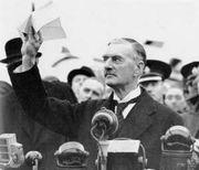 Peace in our time: Den britiske statsminister Chamberlain fryder seg over at han har fått i stand en avtale med Hitler.