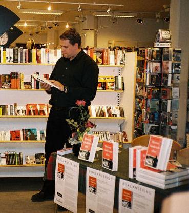Stian M. Landgaard leser fra sin roman, 'Herrer i åndenes rike', Akademisk Kvarter 22.08.2006. (Foto: Franziska Steinecke)