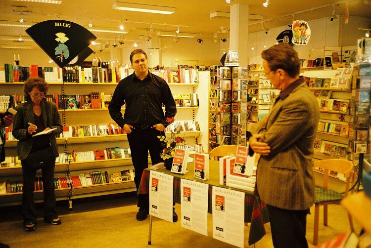Lanseringen er begynt. Bente Simonsen fra «Bladet Tromsø» noterer, og forlagsredaktør Øyvind Pharo fra Aschehoug forteller om boken og gratulerer Tromsø by med å ha fostret en ny forfatter.