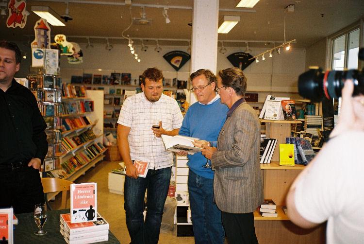 Forfatteren slapper av mens Ståle Åbotsvik, religionsprofessor Øyvind Norderval og Øyvind Pharo diskuterer ... en helt annen bok?