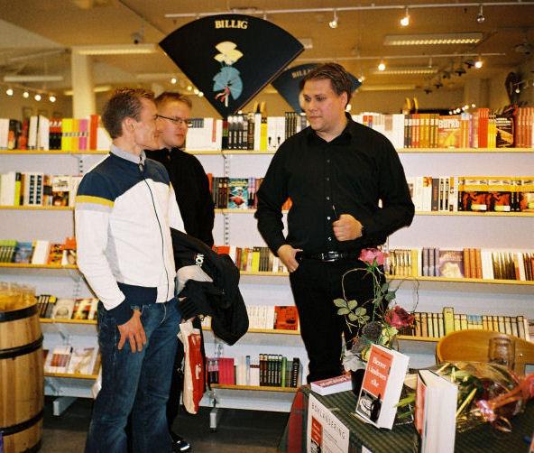 Den yngste i litteraturkretsen har utgitt bok. Ken Jensen, Rolf Klaudiussen og Stian M. Landgaard i samtale om den historiske begivenheten som har funnet sted.