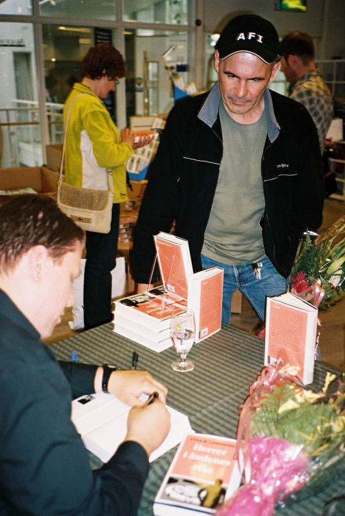 Gamle kjente fra filosofistudiet vil også ha signert bok. Her Torstein Hamnvik ...